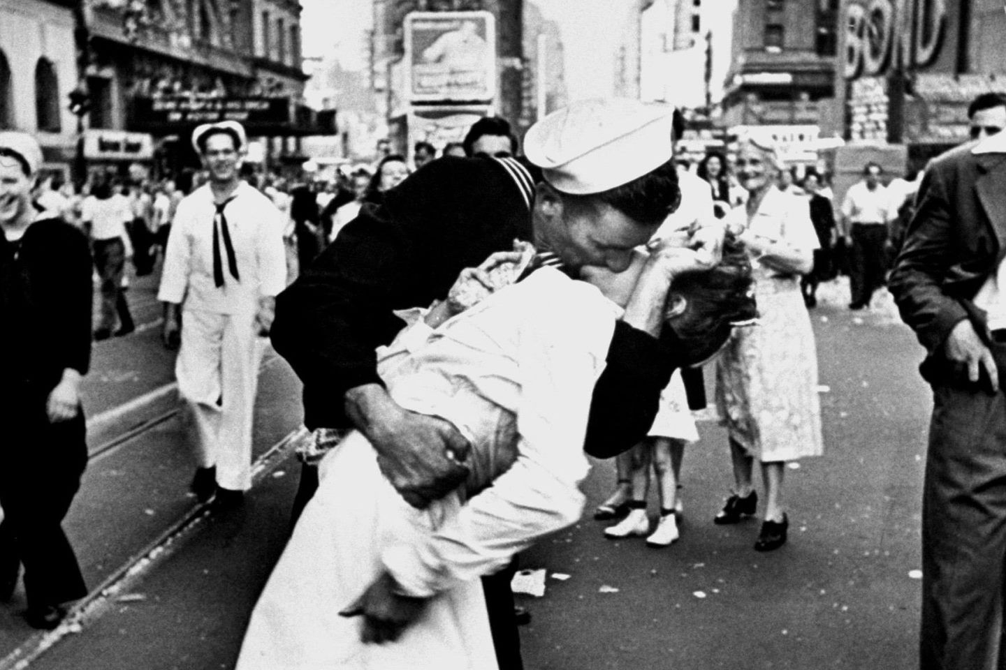 Sailor Kissing in Time Square WWII Ends